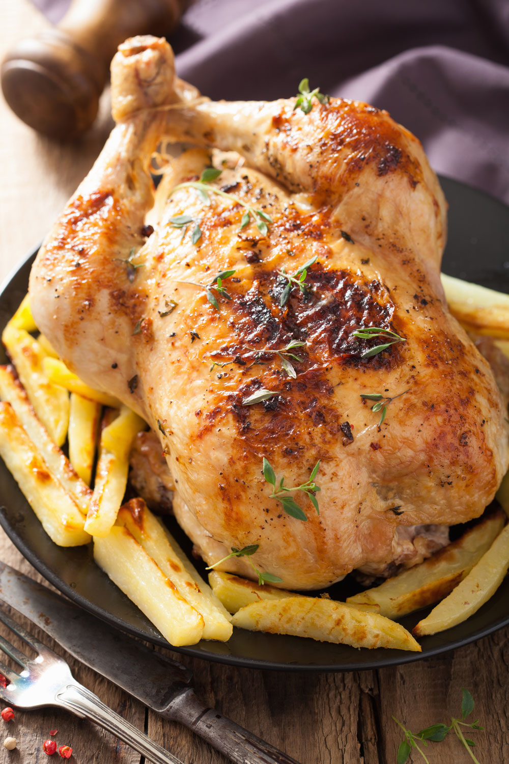 whole-roasted-chicken-with-pepper-thyme-potato-PZZU938